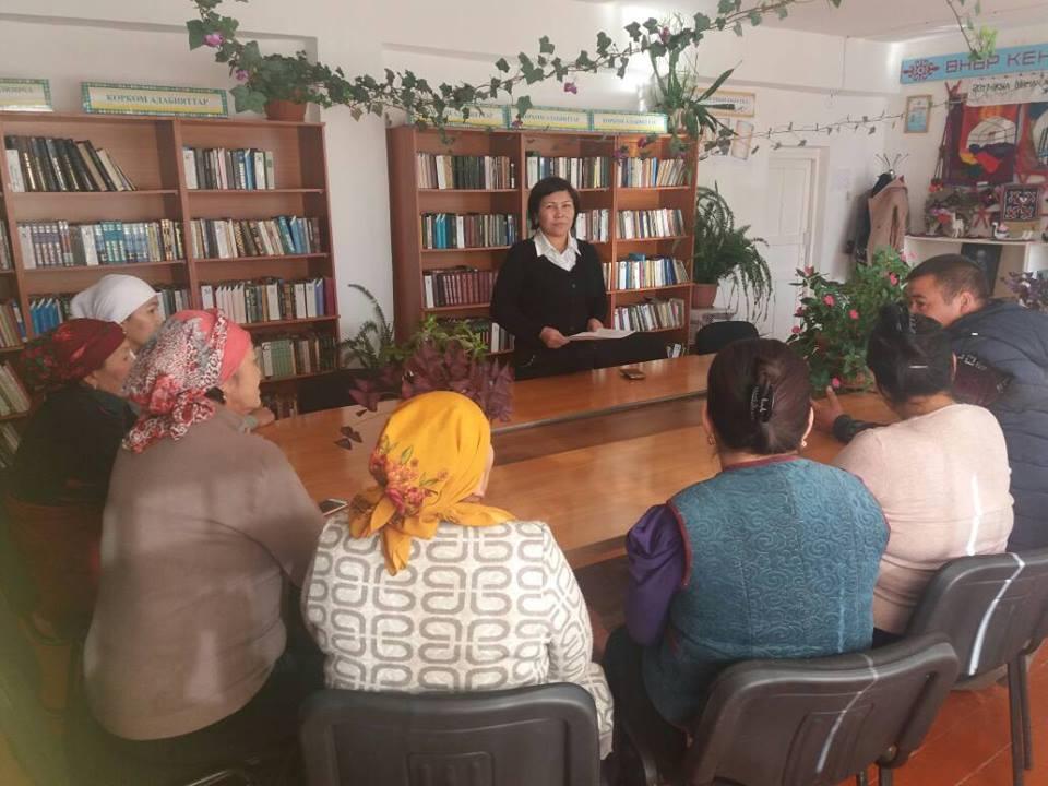 Государственный нотариус Кара-Кульджинского района Балтабаева С. встретилась с работниками районной библиотеки