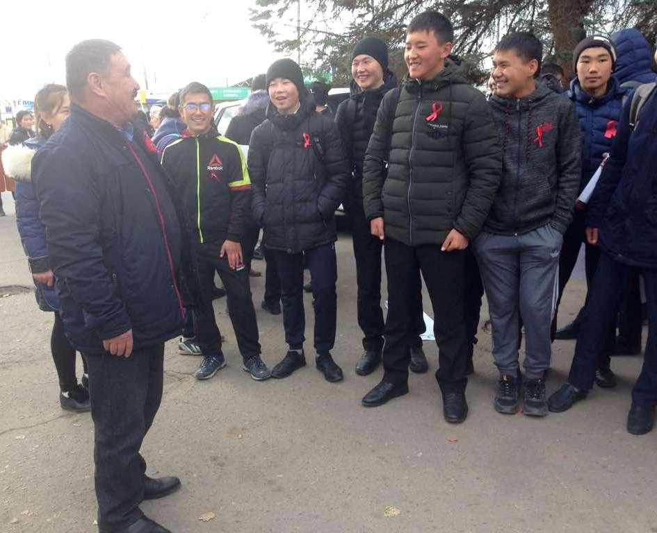Сотрудники Управления юстиции Иссык-Кульской области рассказали ученикам о правилах дорожного движениях и культуре поведения на дорогах