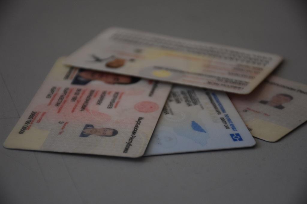 Мамлекеттик каттоо кызматы Кыргыз Республикасынын жаранынын паспортун жана жалпы жарандык паспортунун мөөнөттөрүн, ошондой эле чет элдик жактын жана жарандыгы жок адамдын каттоо жана каттоону узартуу мөөнөттөрүн узартууну сунуштоодо