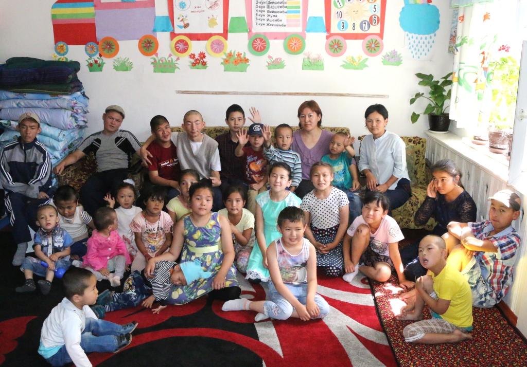 Сотрудники Управления юстиции Баткенской области поздравили реабилитационный центр «Нур» в городе Баткен с Международным днем защиты детей