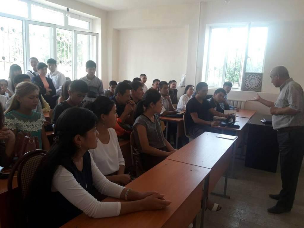 В городе Джалал-Абад состоялась встреча со студентами Академии права и бизнеса