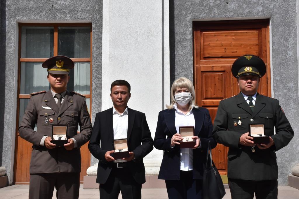Юстиция органдарынын кызматкерлери Кыргыз Республикасынын Президентинин атынан энчилүү сааттар менен сыйланышты