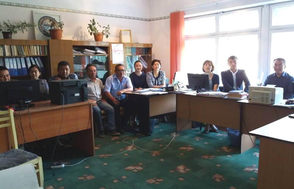 Государственные нотариусы проводят разъяснительную работу: в Иссык-Кульской области состоялась встреча с коллективом предприятия, в Баткенской – с сотрудниками банка