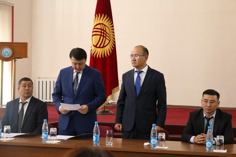 Кыргыз Республикасынын вице-премьер-министри Замирбек Аскаров жамаатка Марат Джаманкуловду тааныштырды