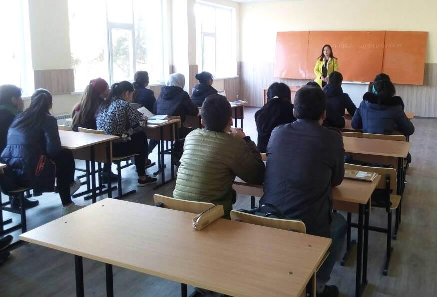 Балыкчы шаарынын мамлекеттик нотариусу студенттер үчүн лекция окуду