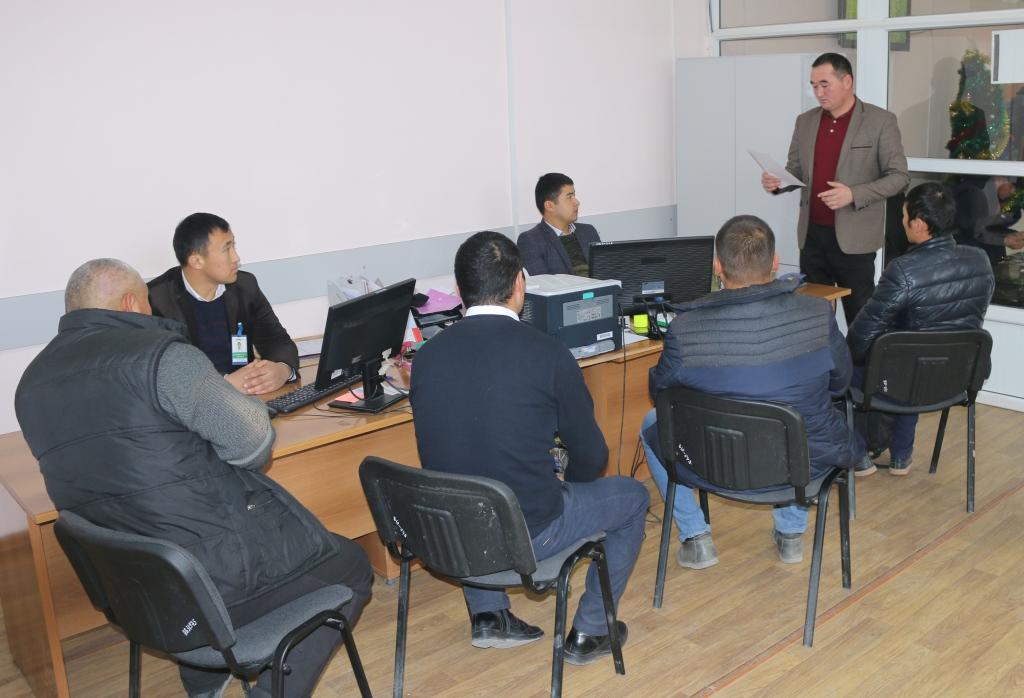 Баткен шаарынын мамлекеттик нотариусу банк кызматкерлери менен жолугушуу өткөрдү