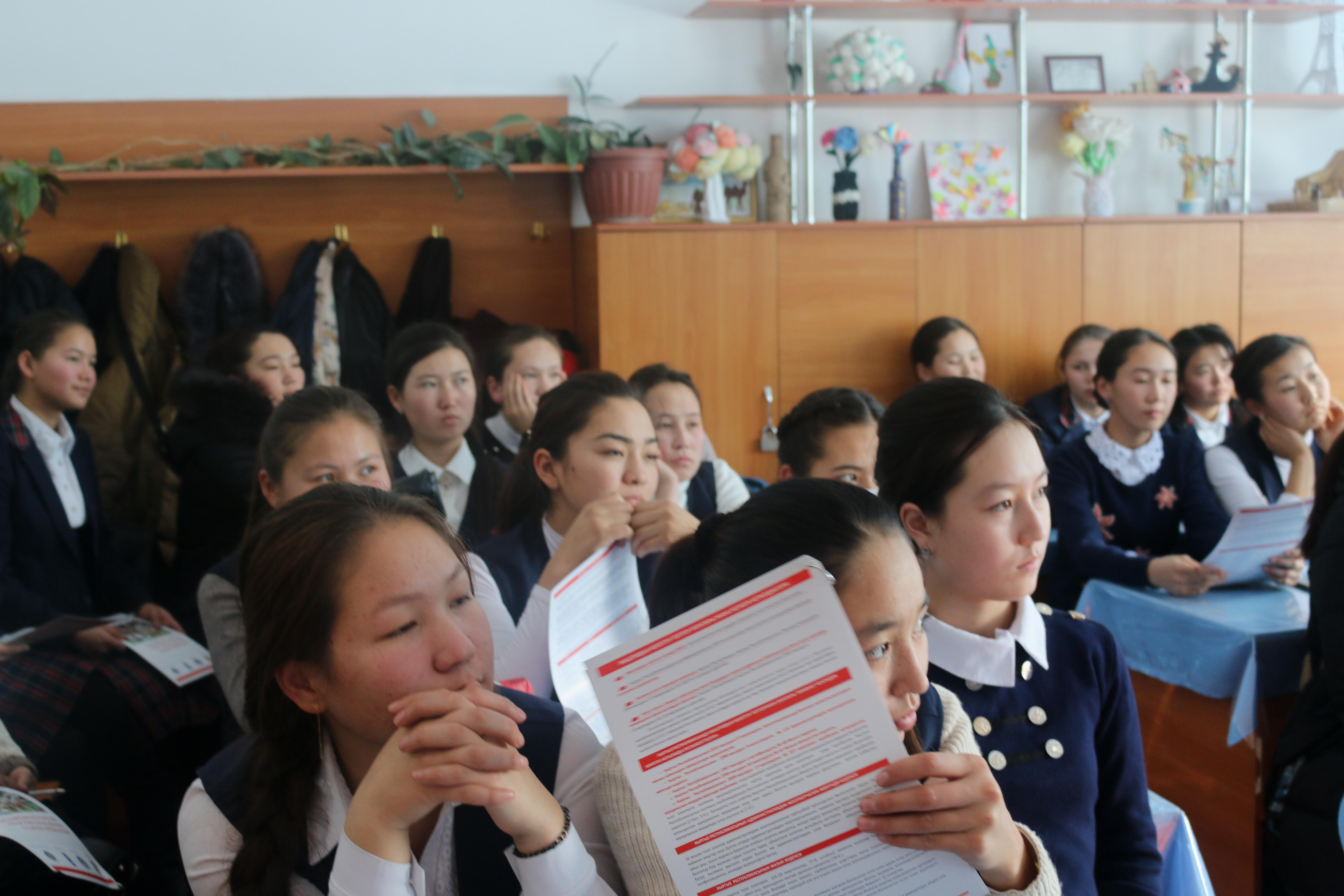 Ученики 9 класса лицея иностранных языков заслушали лекцию сотрудника юстиции по правам несовершеннолетних