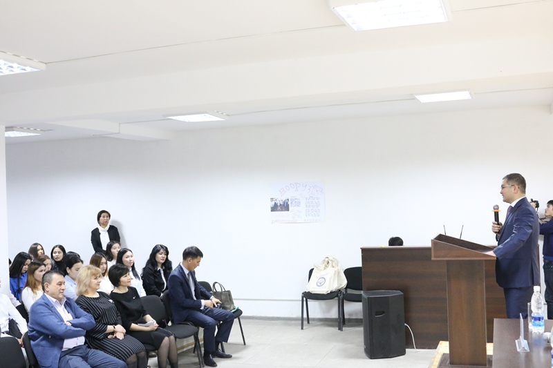 Уран Ахметов Кыргызстан Эл аралык Университетинин юридикалык факультетинин студенттери үчүн лекция өткөрдү