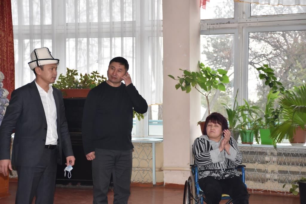 Кыргыз Республикасынын Юстиция министрлигинин жамааты социалдык мекемеге кайрымдуулук жардам көрсөтүштү