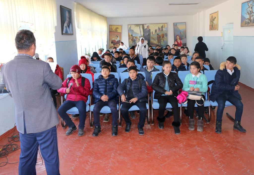 """Баткен шаарынын мектеп окуучуларына """"Балдар жөнүндө"""" Кыргыз Республикасынын Кодексинде жазылган балдар укуктары жөнүндө айтып берди"""