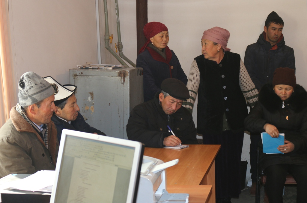 Управлением юстиции Баткенской области совместно с адвокатом организован выезд «Автобуса солидарности» в Баткенский район