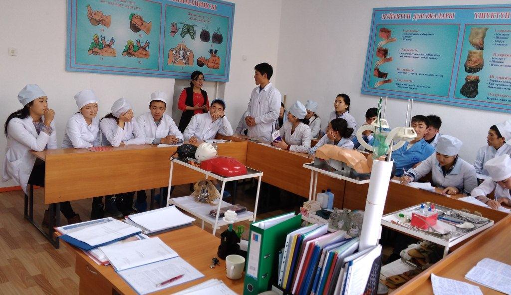 Нарын облусунун Юстиция башкармалыгынын кызматкери Нарын медициналык колледжинин студенттерине Кыргыз Республикасынын Юстиция министрлигинин ишмердүүлүгү боюнча лекция окуду