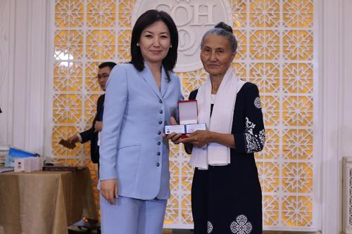 Министр юстиции КР Айнур Абдылдаева поздравила юристов страны с профессиональным праздником