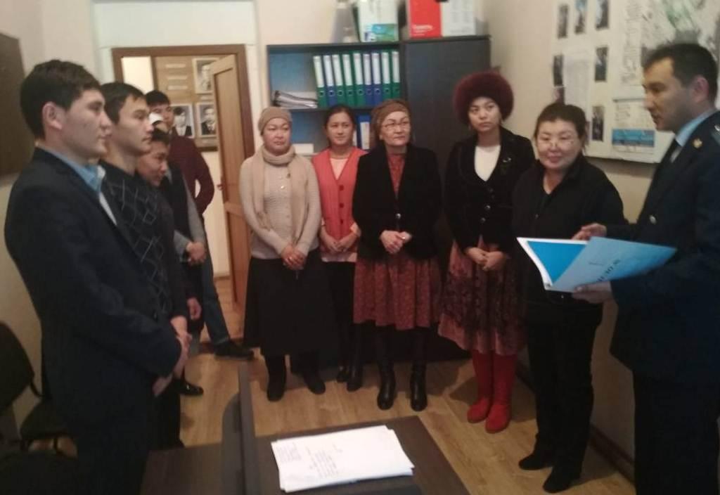 Государственный нотариус Кара-Сууйского района Ошской области провел праворазъяснительную лекцию для работников мэрии