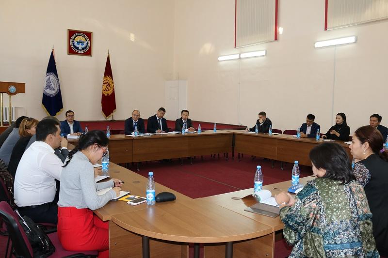 Кыргыз Республикасынын Юстиция министри Марат Джаманкулов Коомдук кеңештин мүчөлөрү менен жолукту