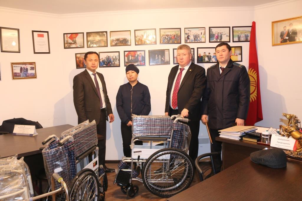 Кыргыз Республикасынын Юстиция министрлигинин өкүлдөрү ден соолугунун мүмкүнчүлүктөрү чектелген адамдарга жардам беришти