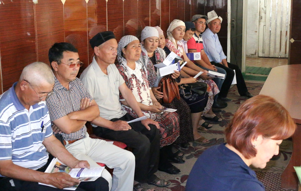 В здании айыл окмоту Кара-Бакского айыльного аймака Баткенского района прошла встреча с сотрудниками аппарата