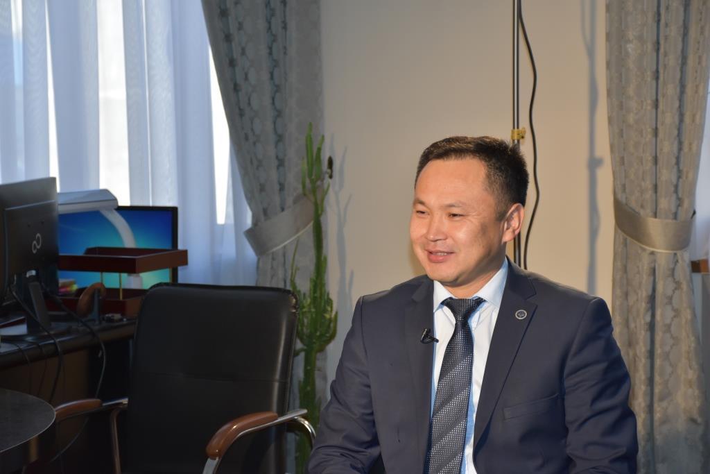 Статс-секретарь Календеров У.И. дает интервью
